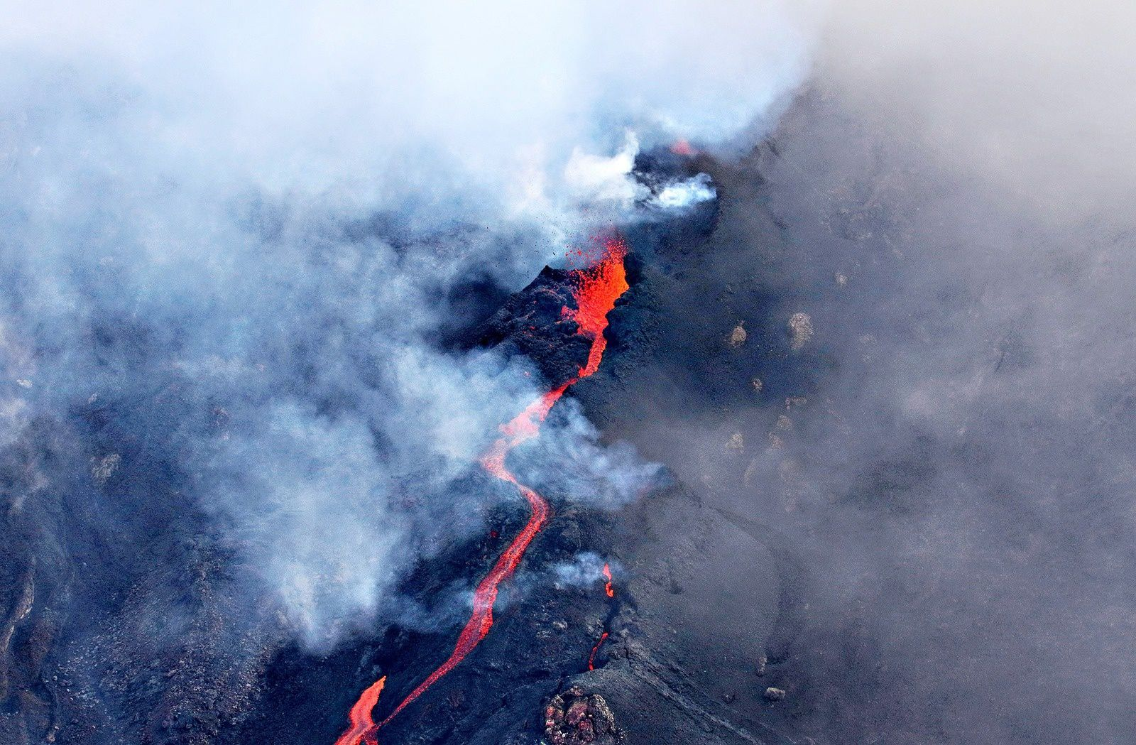 Piton de La Fournaise erupted this May 17, 2015 - photo Officiel Reunitoo, the first web portal of the Reunion Island