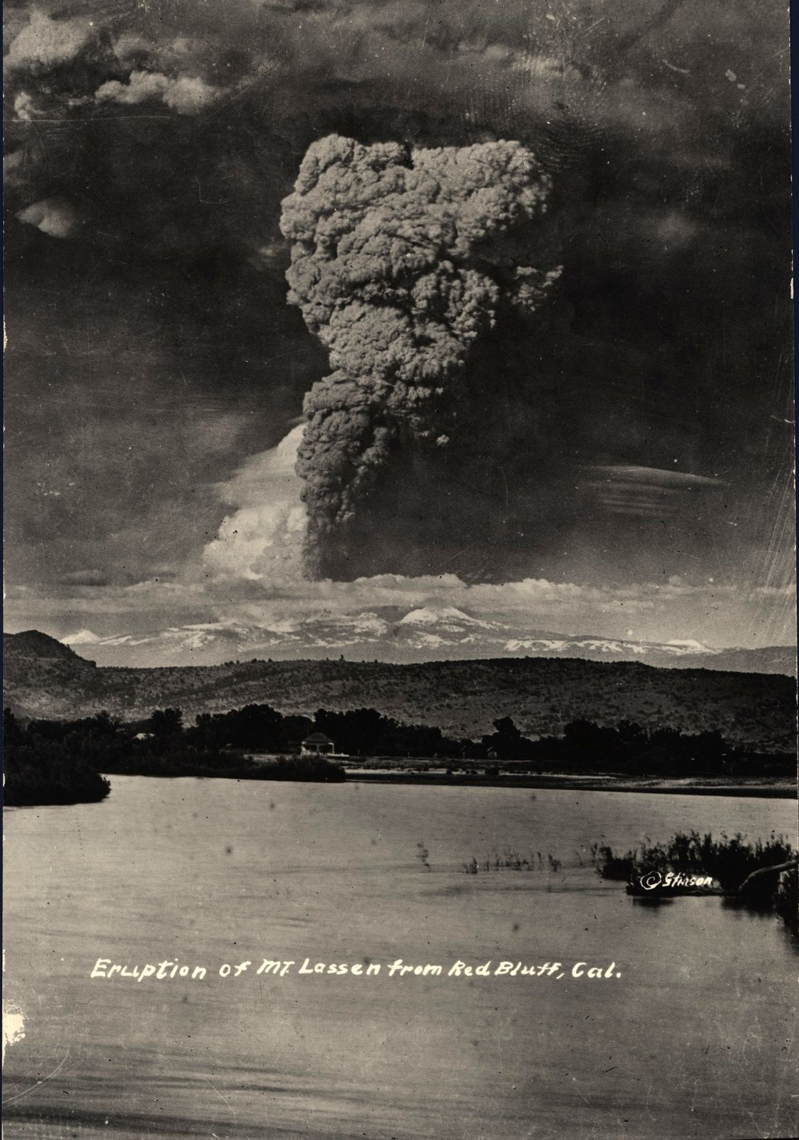 Lassen peak - the eruptive plume 05/22/1915 - photo RE Stinson - Archive VI-PH-C1.192 - Lassen NPS / Flickr