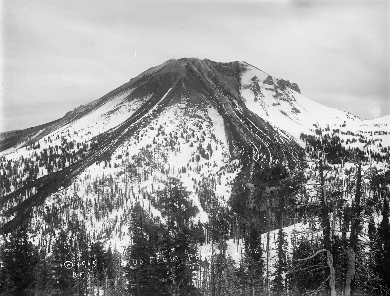 Lassen Peak from the west, shortly after the eruptive climax of 22 May 1915. The hot pumice fallout on the snow covered flanks of the volcano generated low-volume lahars more viscous and not reaching the base of Lassen Peak, unlike the lahars pf 19-20.05.15  - photo BF Loomis - Archive VI-PH-C1.27 Lassen NPS / Flickr
