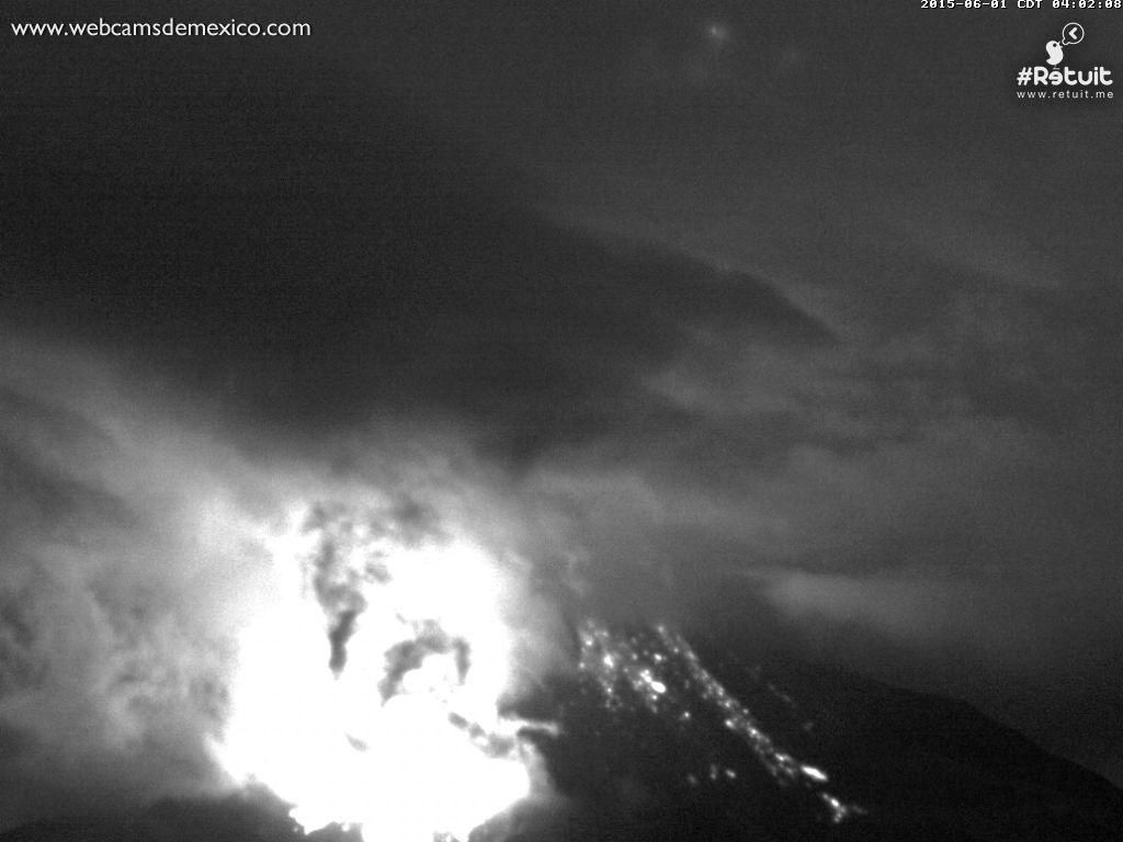 Colima 01.06.2015 / 4:32 - strong explosions and glowing impact on the summit. - Photo webcamsdemexico