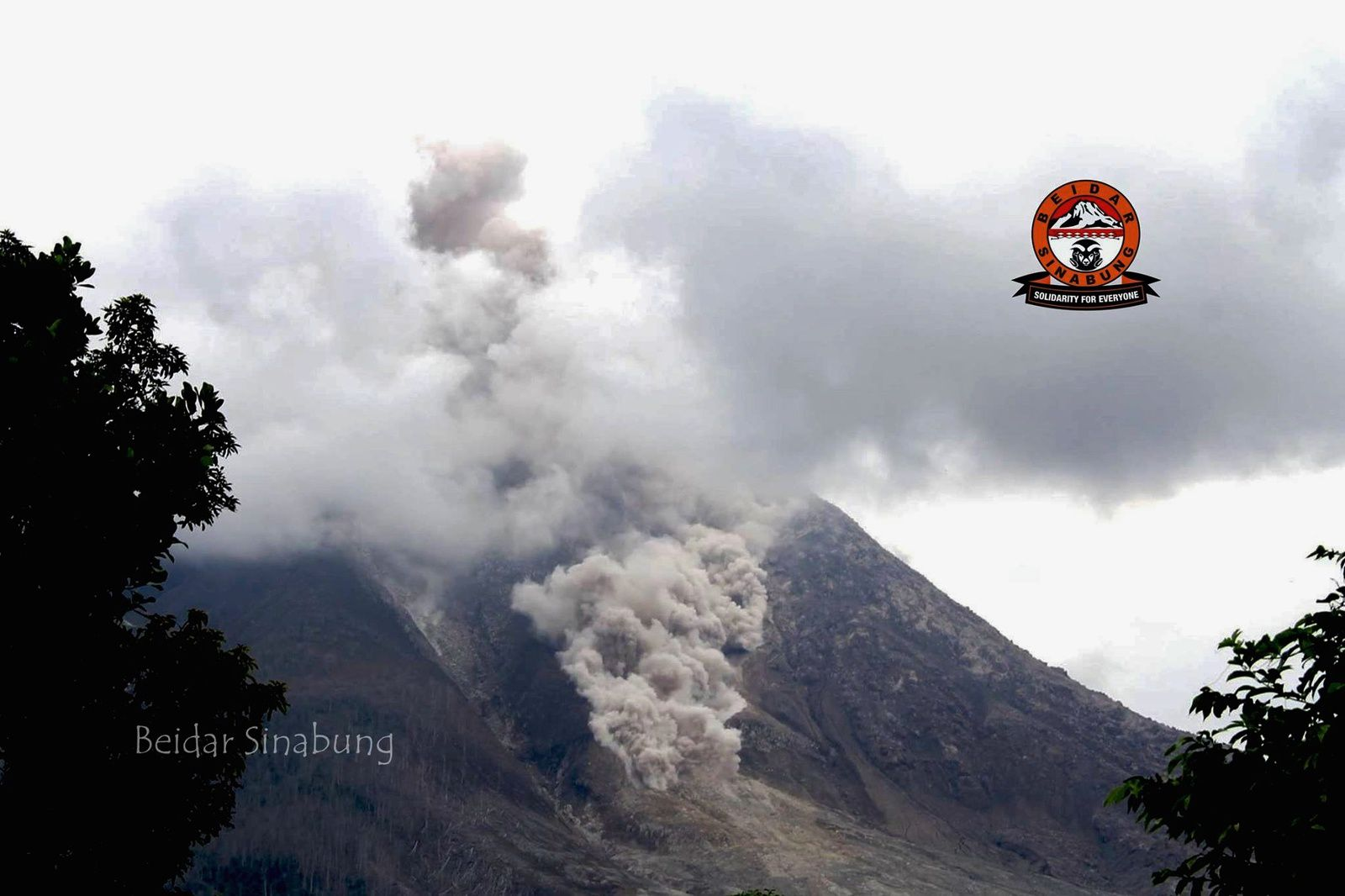 Sinabung: small pyroclastic flow on 5 june 2015 / 11h loc - photo Beidar Sinabung