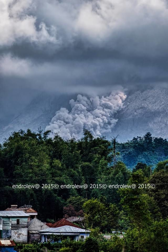 Sinabung - 10.06.2015 / 12h20 loc. - coulée pyroclastique vers le SE - photo endrolew@
