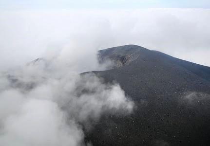 Asama - fortes émissions gazeuses et niveau d'alerte relevé - photo Japan News