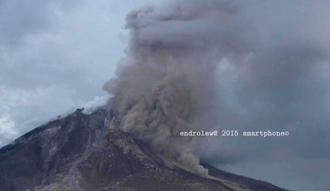 Sinabung on 06/14/2015 at 15:37 loc.&#x3B;  left of the ash plume is seen that the dome has preserved an impressive volume - photo endrolew@