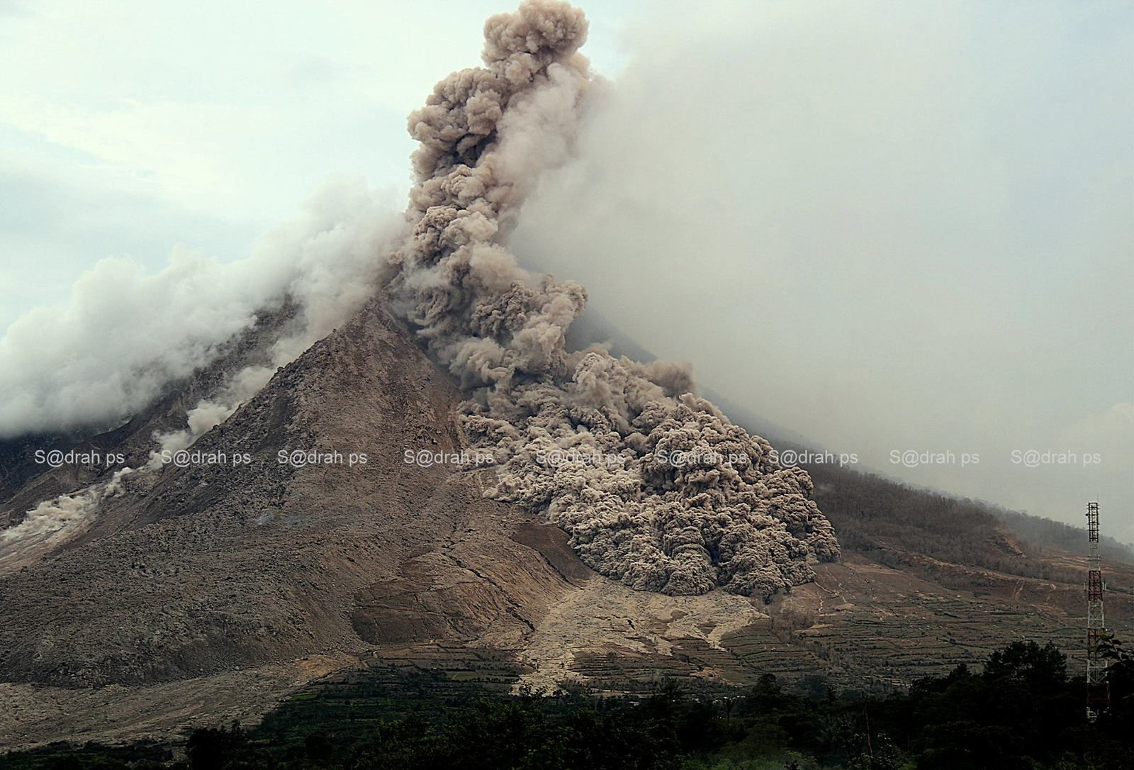 Sinabung 13.06.2015 at 17h02 & 17h03 - photos Sadrah Peranginangin