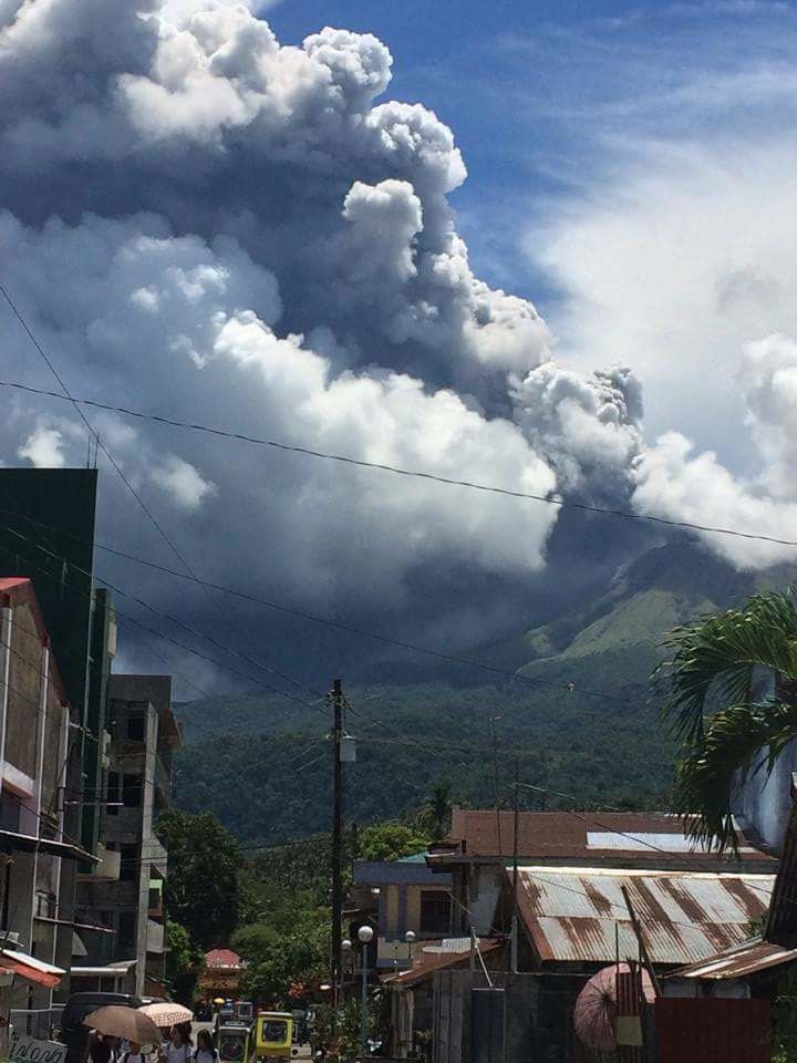 Bulusan - éruption phréatique et panache de cendres et gaz du 16.06.2015 - photo Twitter / via Ruel Saldico
