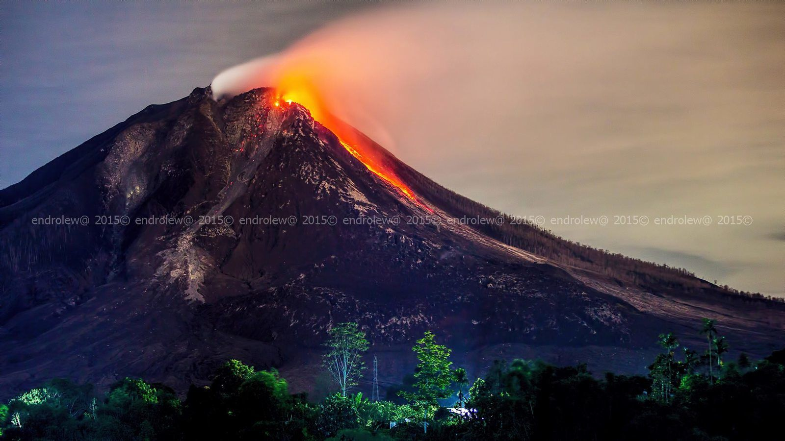 Sinabung the 06.17.2015 / 10:26 p.m. avalanche of blocks and traces of the previous pyroclastic flows - photo endrolew@