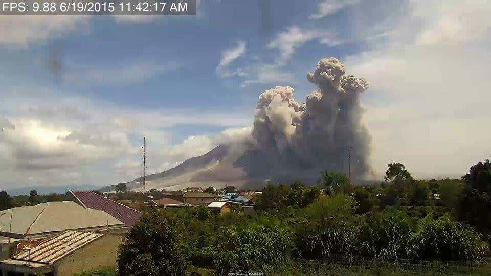Sinabung - pyroclastic flow of 06.19.2015 / 11:42 - photo above /Hasron David Ginting via Beidar Sinabung / Twitter - under / Endrolew@