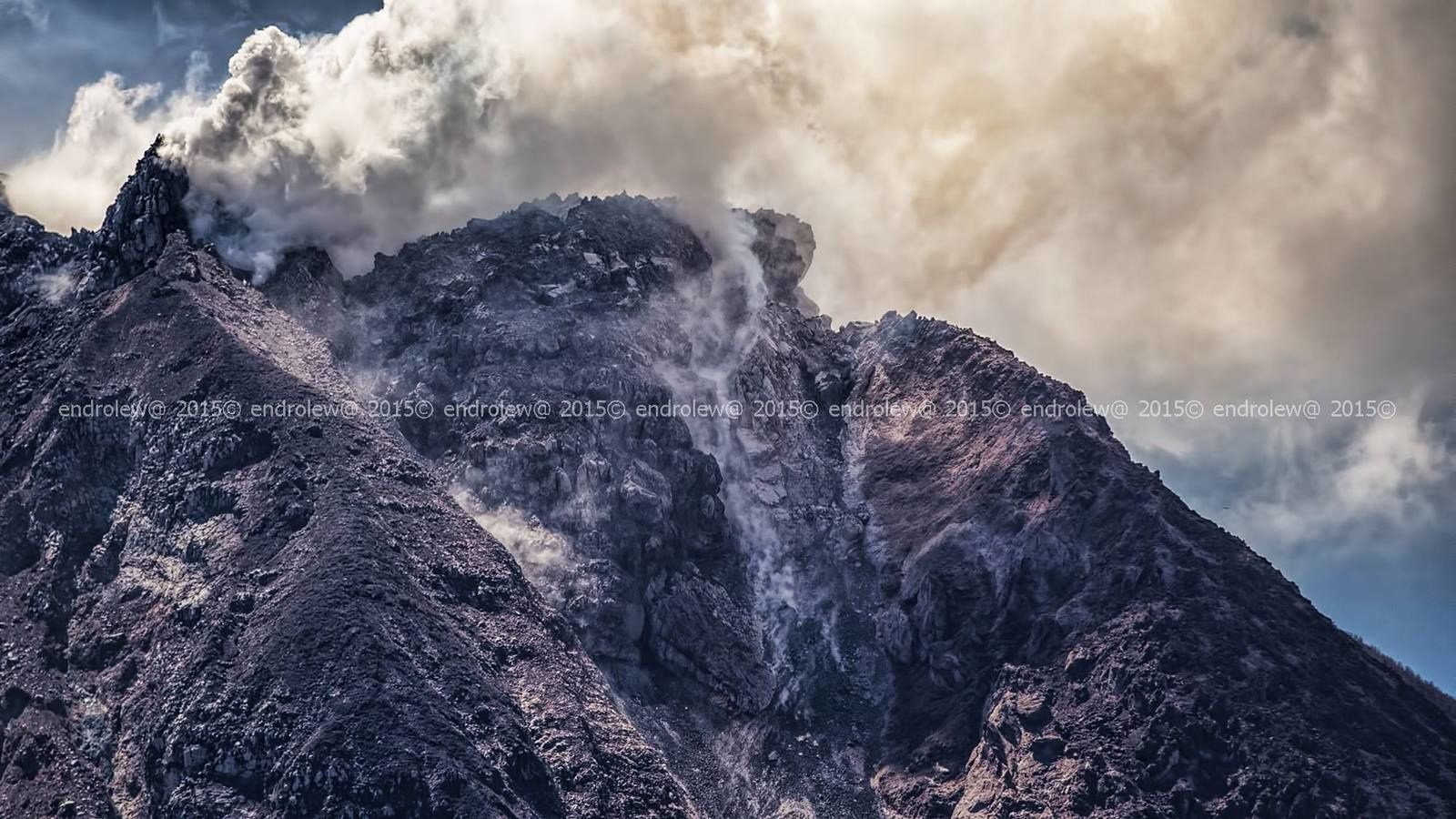 Le dôme instable du Sinabung, le 18.06.2015 / 14h16 - photo endrolew@