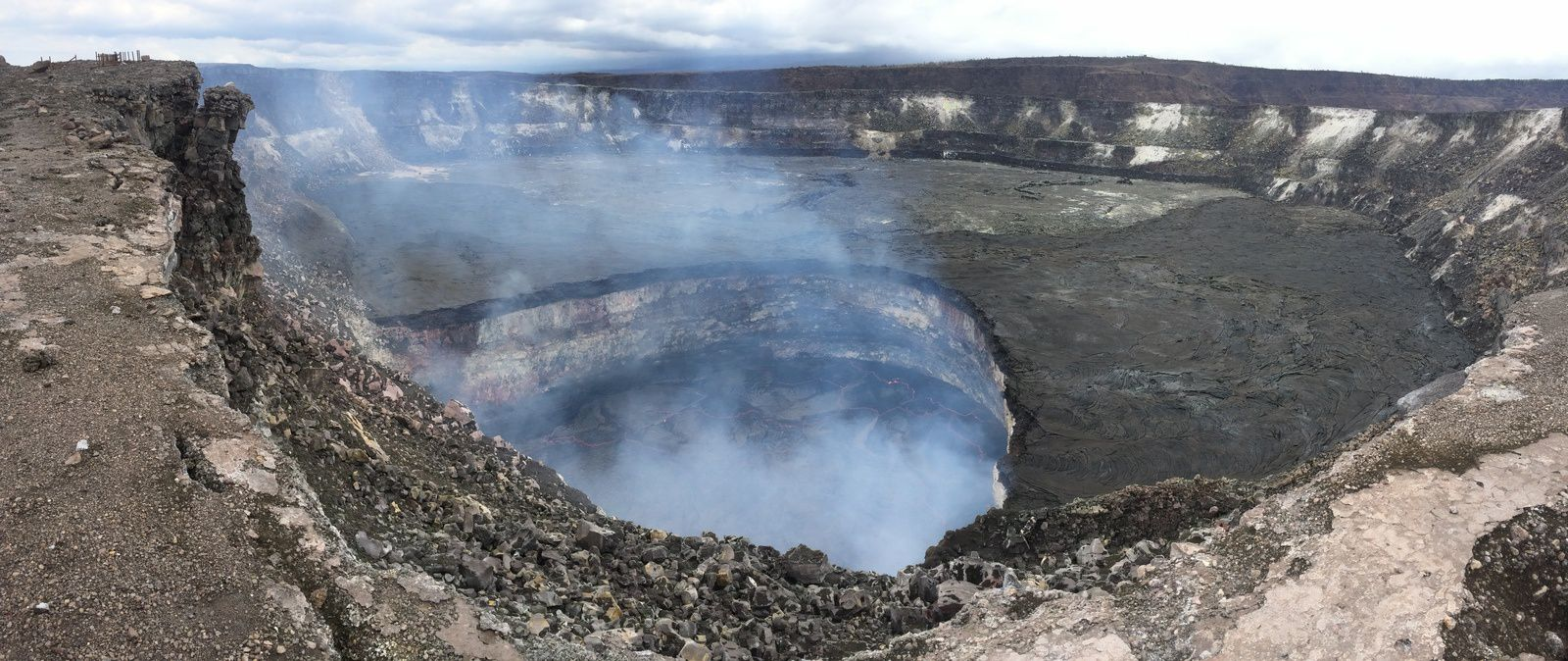 Hawaii / Kilauea - lava lake in Halema'uma'u: above, the Overflow 29/04/2015 - photo below, the level at -60 m. the 09/06/2015; notice the new darker edge of the crater - photos HVO - USGS