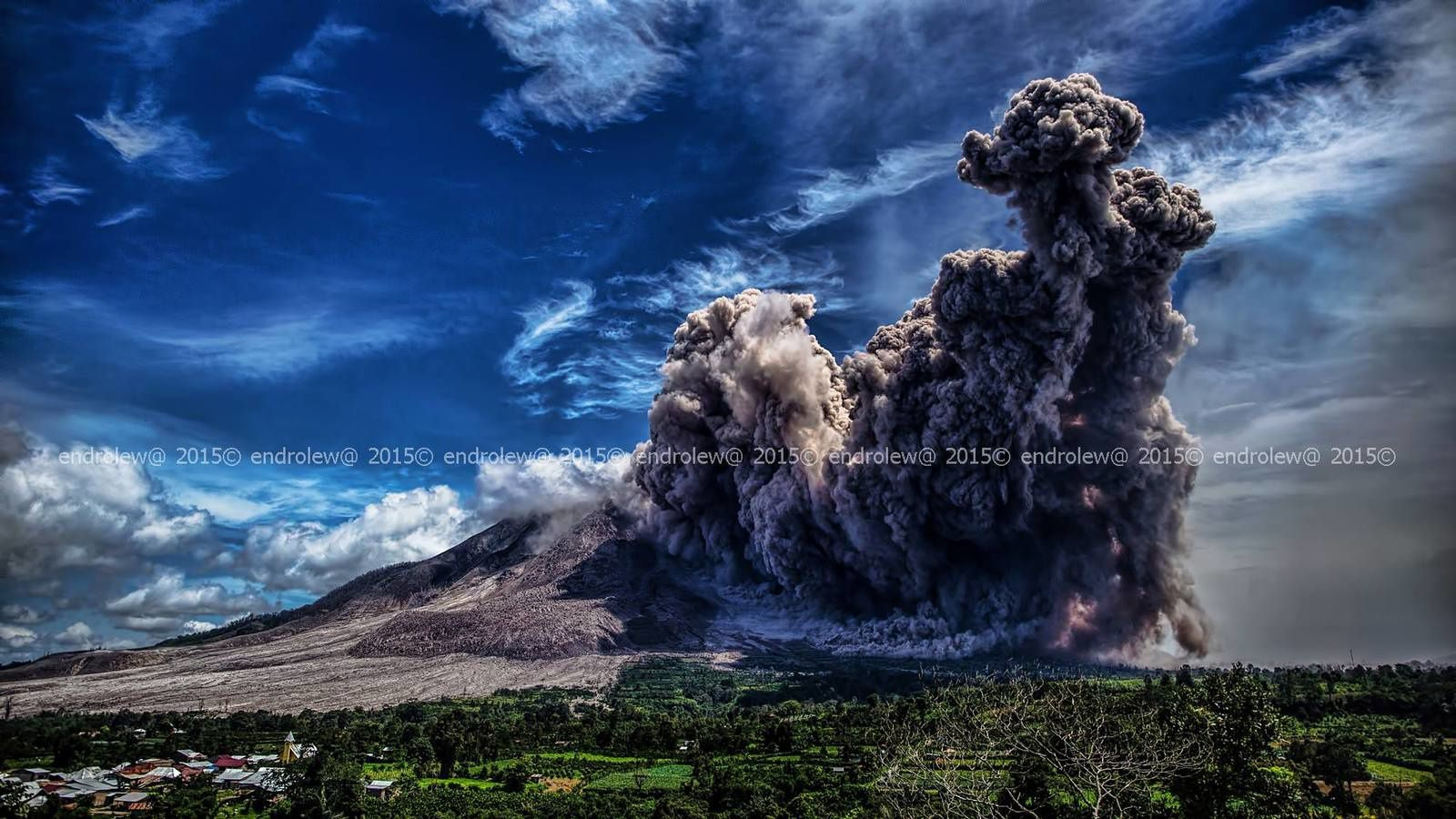 Sinabung - development of the pyroclastic flow 06/19/2015 - 11:40 in the top, bottom at 11:42