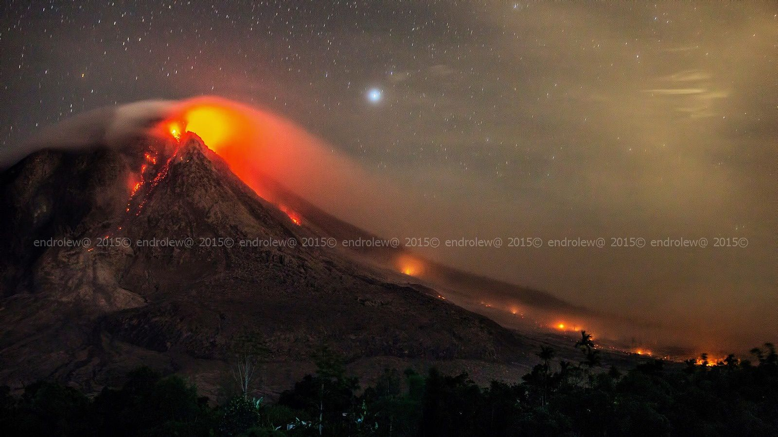 Sinabung le 22.06.2015 / 01h13 - les incendies témoignent du long trajet de la coulée matinale - photo endrolew@