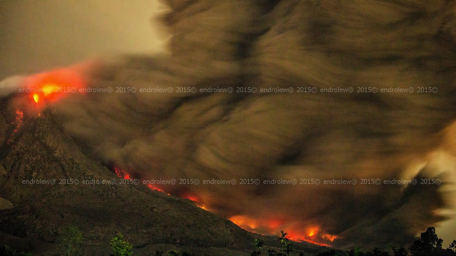 Sinabung - coulée pyroclastique du 22.06.2015 / 23h06 - photo endrolew@