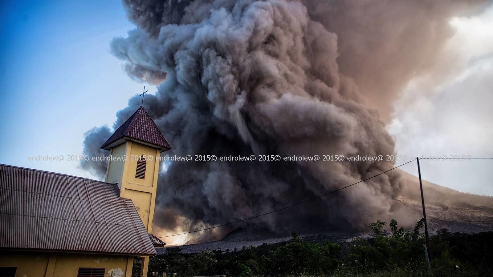 Sinabung  et une coulée pyroclastique, vus du sud-est, le 29 juin à 15h02 et 15h08 - photos endrolew@
