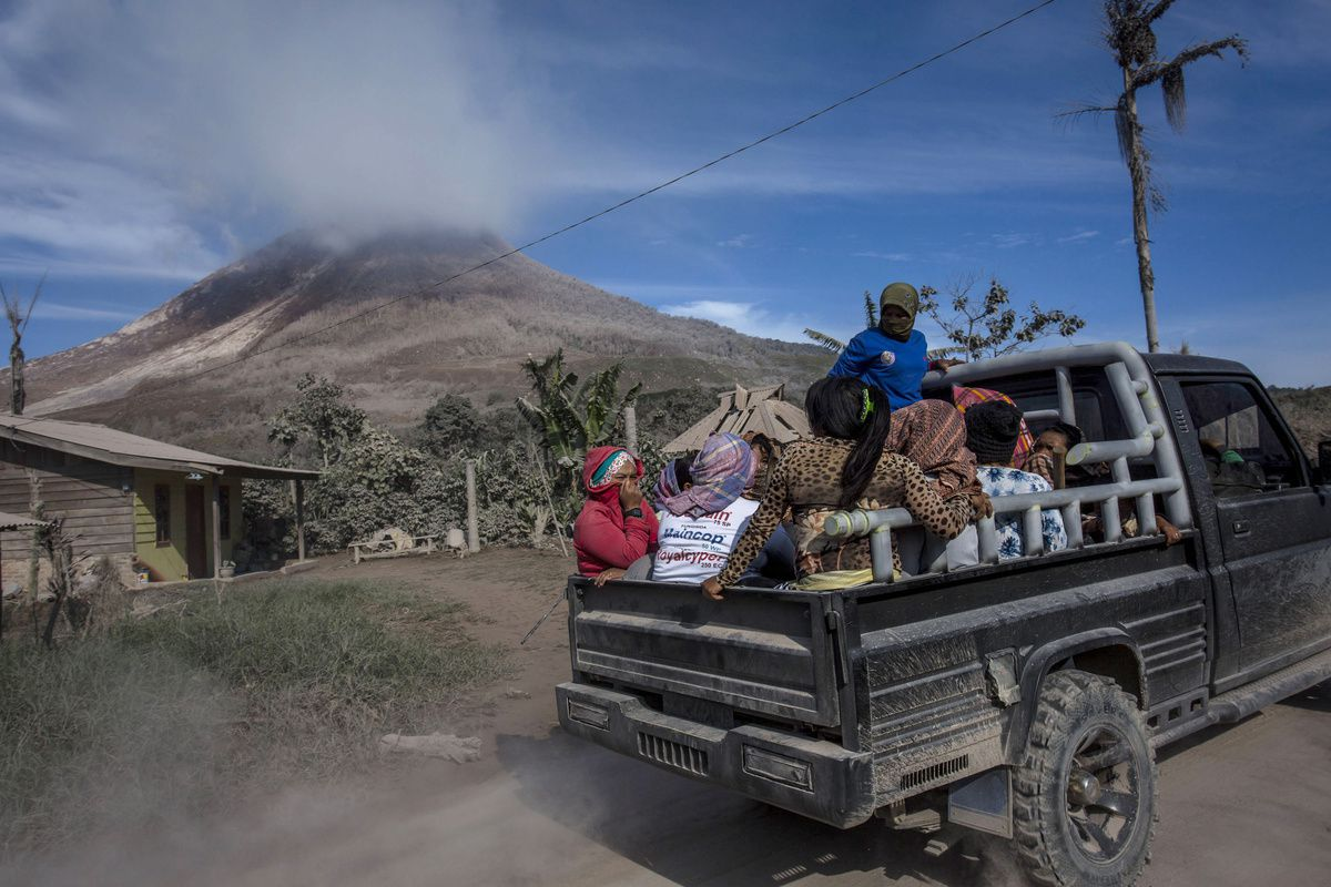 Sinabung - évacuations dans le village de Sukanalu / Karo district - photo Ulet Infansasti - Getty images / 18.06.2015