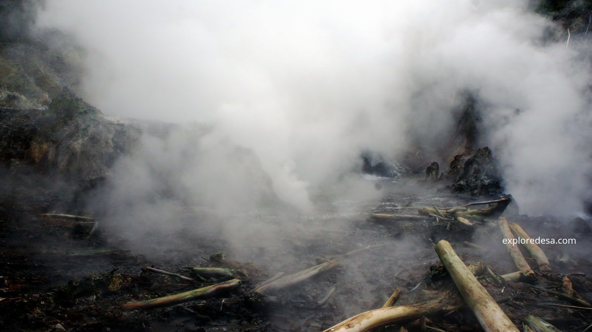 Crater of Gunung Colo with its geyser activity - Aris Yanto Photo / exploradesa