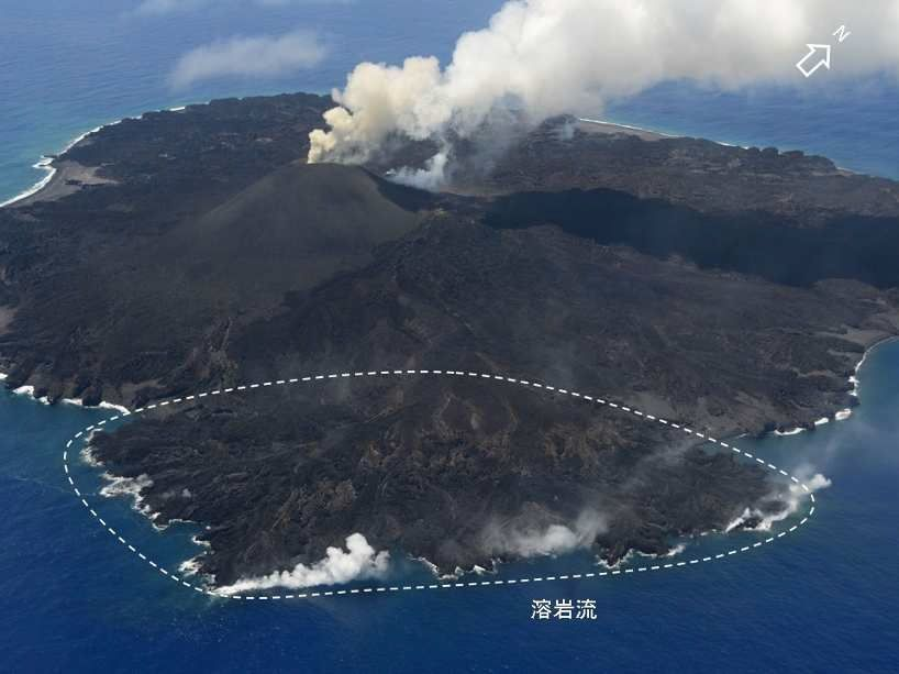 A titre de comparaison, Nishinoshima le 18.06.2015 (le panache du cône actif et, en pointillé, le hot spot des coulées) - photo Japan Coast Guards