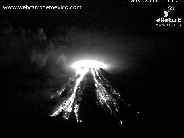 Colima - incandescence nocturne et retombées sur les flancs le 10.07.02015 à 01h52 et 01h55 - un clic pour agrandir - photos webcamsdeMexico