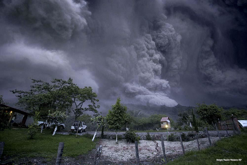 Colima - pictures of ashes and pyroclastic cloud of July 10 late in the day taking by S.Tapiro (top photo appeared on the Sunday Times / via AP)