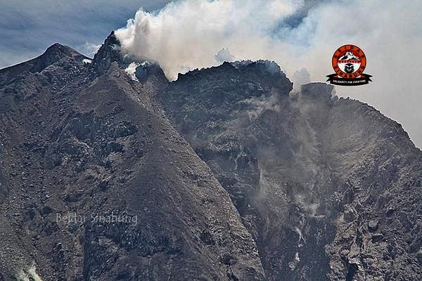 Dome of the summit Sinabung: top, 26 juin 2015 - down, on 12 July 2015 (NB : an error occurred in the date on the photo) - Photo Beidar Sinabung