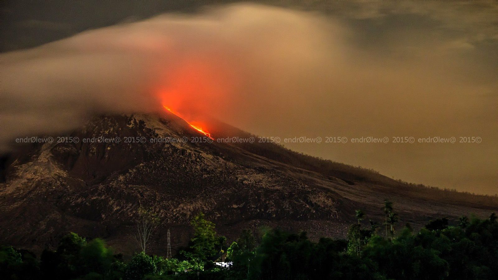Sinabung - 07.13.2015 / 11:50 p.m. - the sector is and a flow over 2,500 meters - photo endrolew@