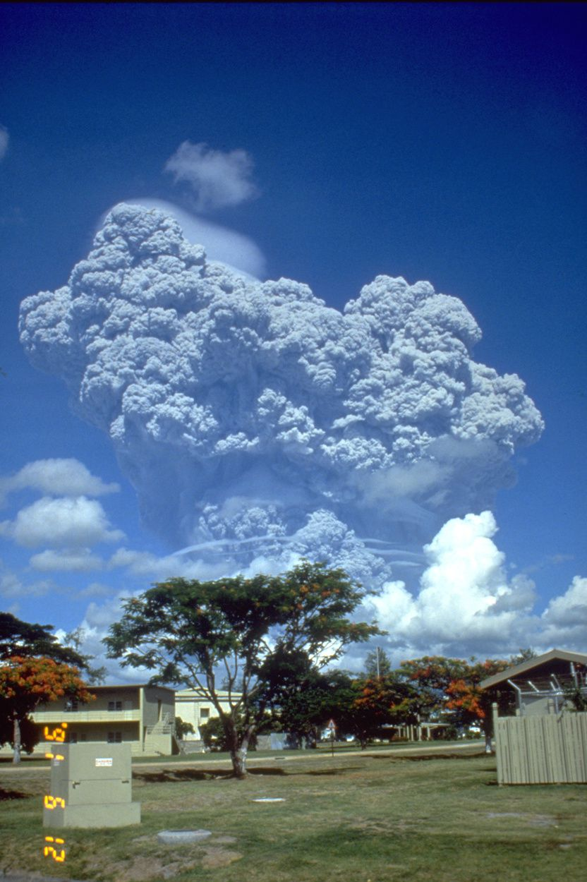 Pinatubo - 06/12/1991 plume seen from the American base Clark - doc.NASA