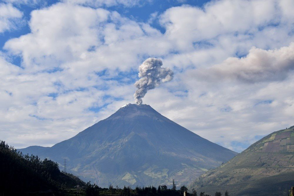 Tungurahua - Little ash plume from 07.14.2015 / 9:11 - photo F. Vásconez, OVT