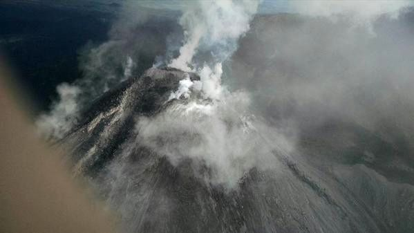 Top of the Colima 07/16/2015 - by helicopter overflight of the Mexican Federal Police - partial view of the crater because of the strong degassing, and the lava flow on the south side - via Luis Felipe Puente / Twitter