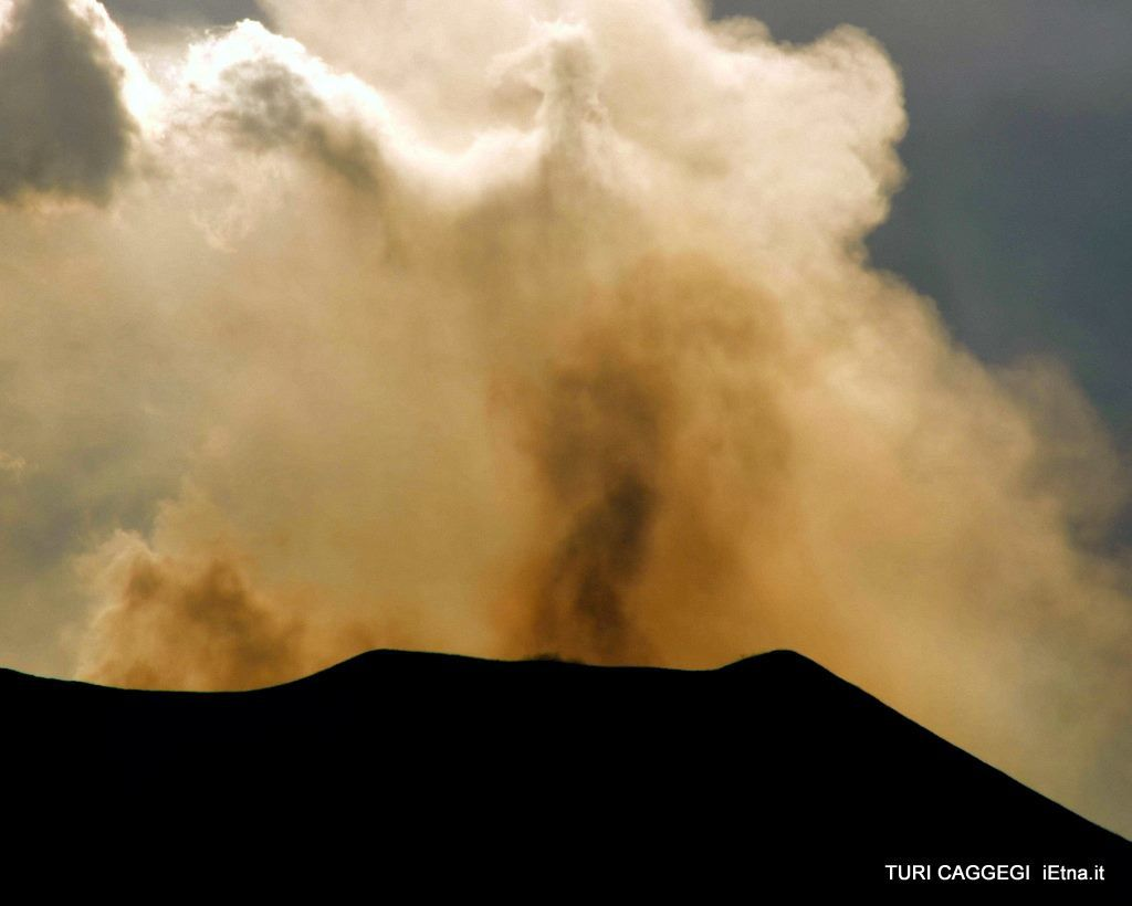 Etna - small ash emission from northeast crater - photo Turi Caggegi / iEtna
