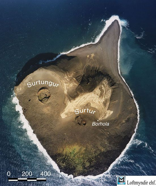 Photo aérienne de Surtsey et ses cratères en août 2002 - The Surtsey Research Society / http://www.surtsey.is/pp_ens/photo_map_3.htm