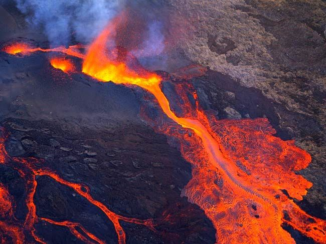 Piton de la furnace - a lava fountains contained within its ramparts of slag - photo Hervé Douris / Clicanoo