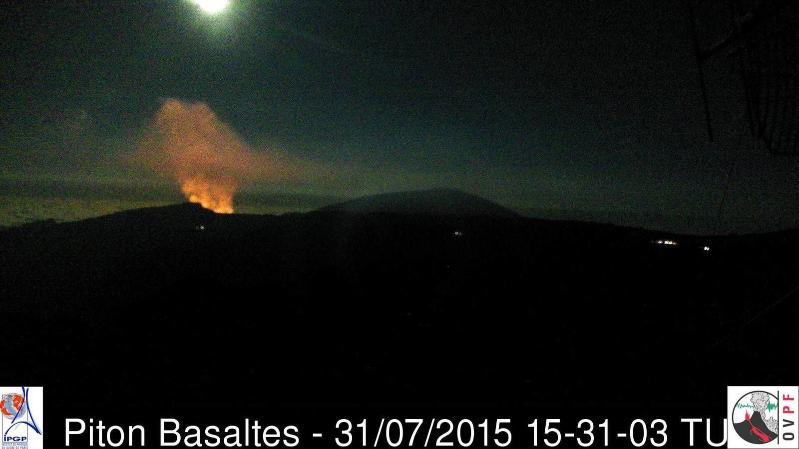 Piton de la Fournaise - the eruptive fissure at 3:31 p.m. GMT / 7:31 p.m. LT - webcam Piton Basaltes - OVPF