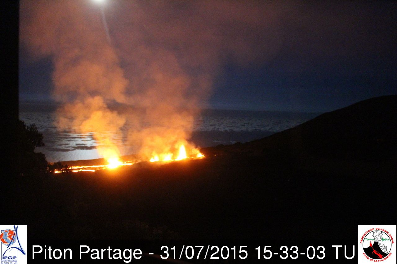Piton de la Fournaise - the eruptive fissure at 3:33 p.m. GMT / 7:33 p.m. LT - webcam Piton Partage - OVPF