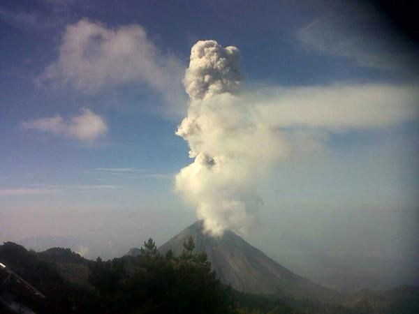 Fuego de Colima - 08.03.2015 / 9:31 - exhalation to 1,000 meters - photo PC Jalisco