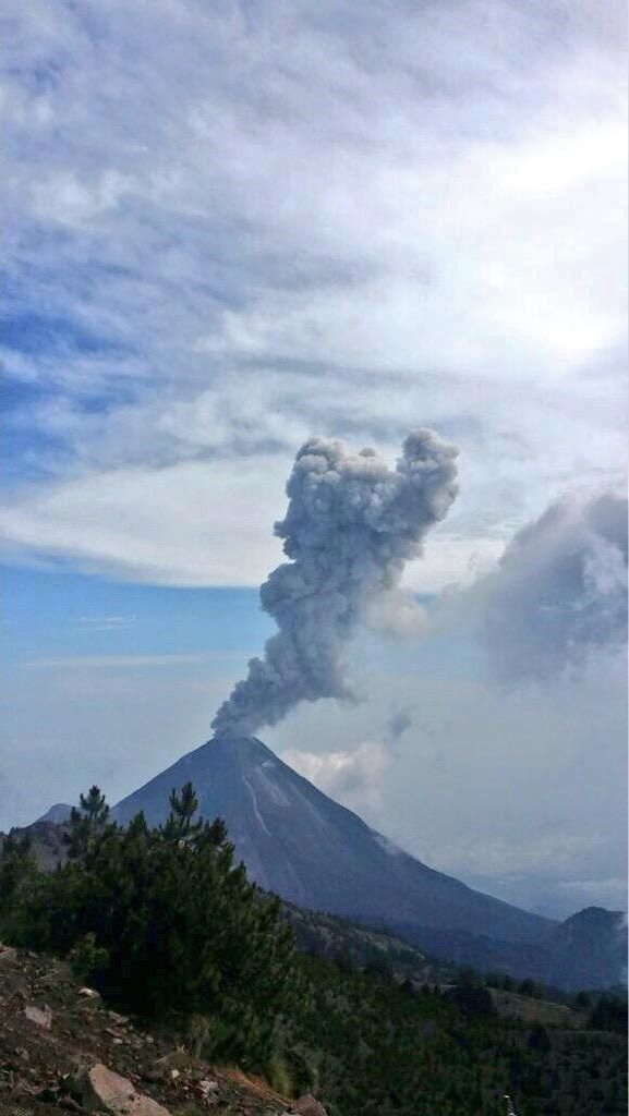 Fuego de Colima - 06/08/2015 plume of ash and gas rising to 2,000 meters - photo PC Jalisco