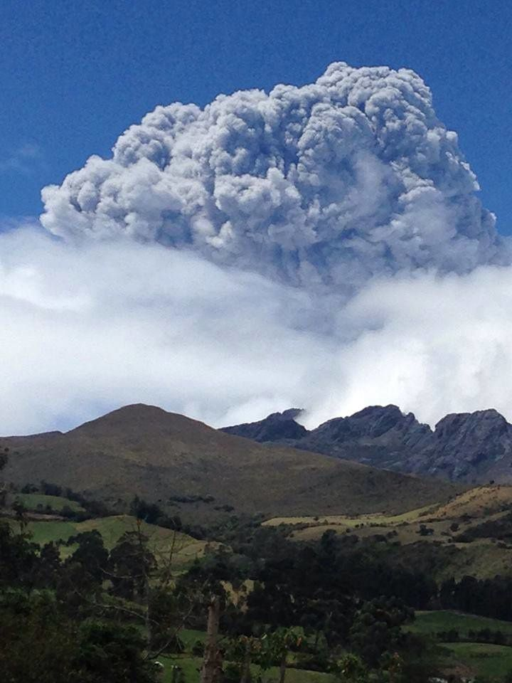 Cotopaxi en éruption - 14.08.2015 / 10h30  - photo Diego Cobo / Cotopaxi Facebook