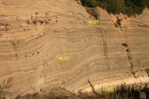 Career of Wingertsberg - stratification of falling from the eruption of Lacher See - Photo © Bernard Duyck