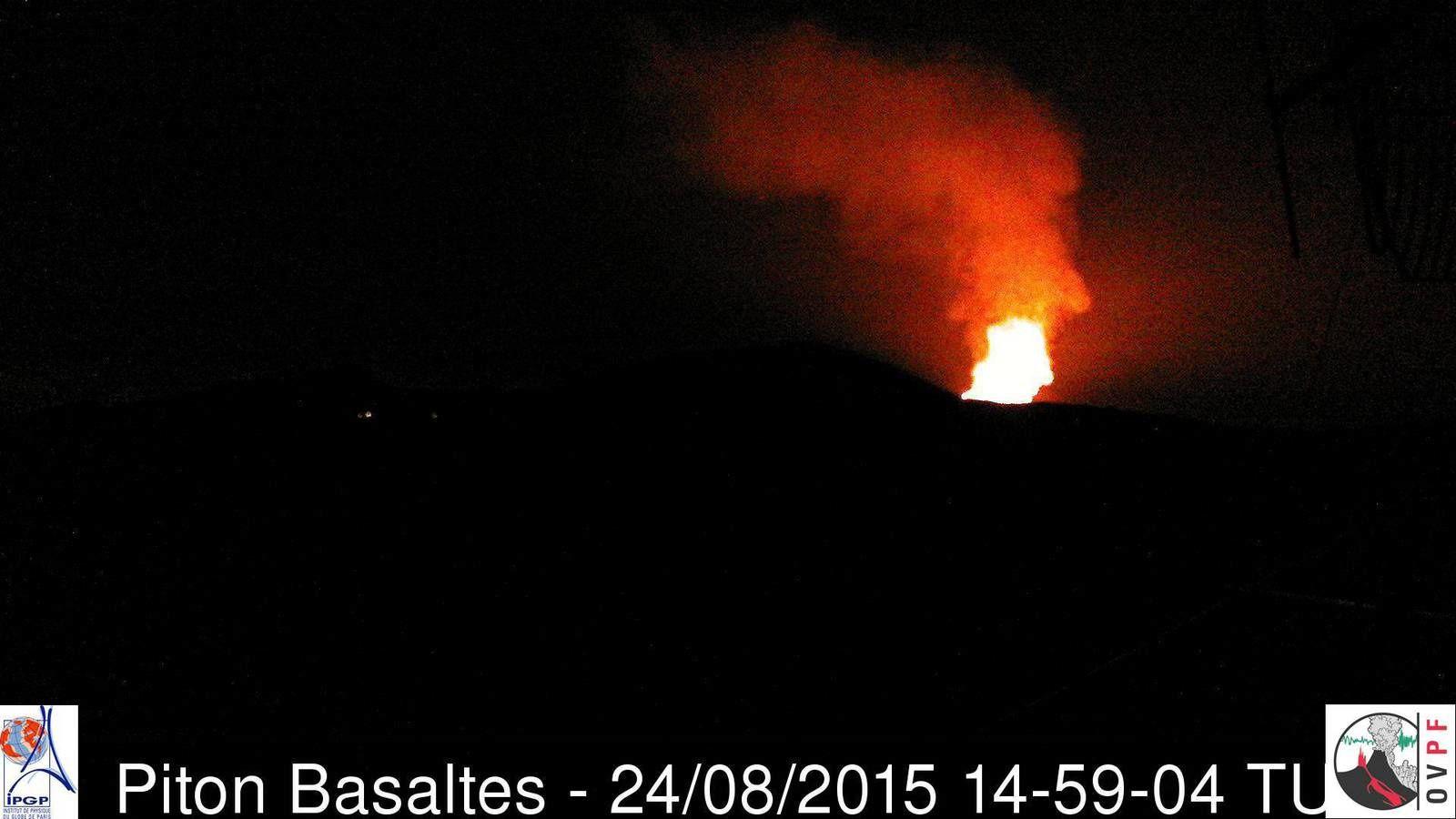 Piton de La Fournaise - début de l'éruption à 18h50 et première image de la webcam du Piton basaltes à 18h59 locale (14h59 TU) - doc. OVPF