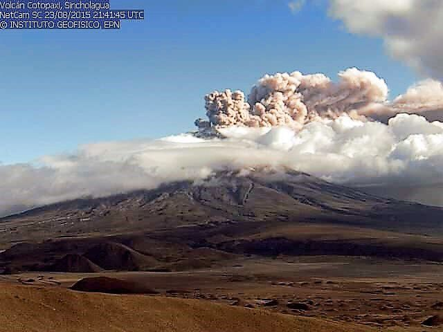 Cotopaxi : le panache de cendres, le 23.08.2015 / 21h15 / webcam IG , photo du haut - le 24.08.2015 / Fotos AFP - Martin Bernetti - El Comercio , photo du bas