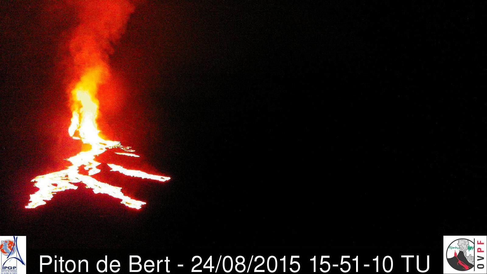 Evolution of lava flows and fountaining from Piton Bert camera, respectively at 3:13 p.m. - 3:27 p.m. - 3:51 p.m. GMT (local time + 4) - A click to zoom - Doc. OVPF webcam Piton Bert / OVPF