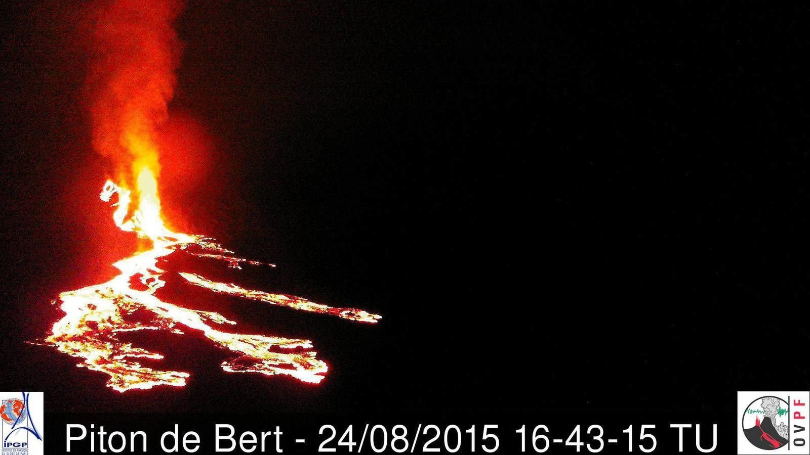 Piton de la Fournaise 08.24.2015 / 4:43 p.m. GMT / 8:43 p.m. Local - lava flow into several branches - webcam Piton Bert / OVPF