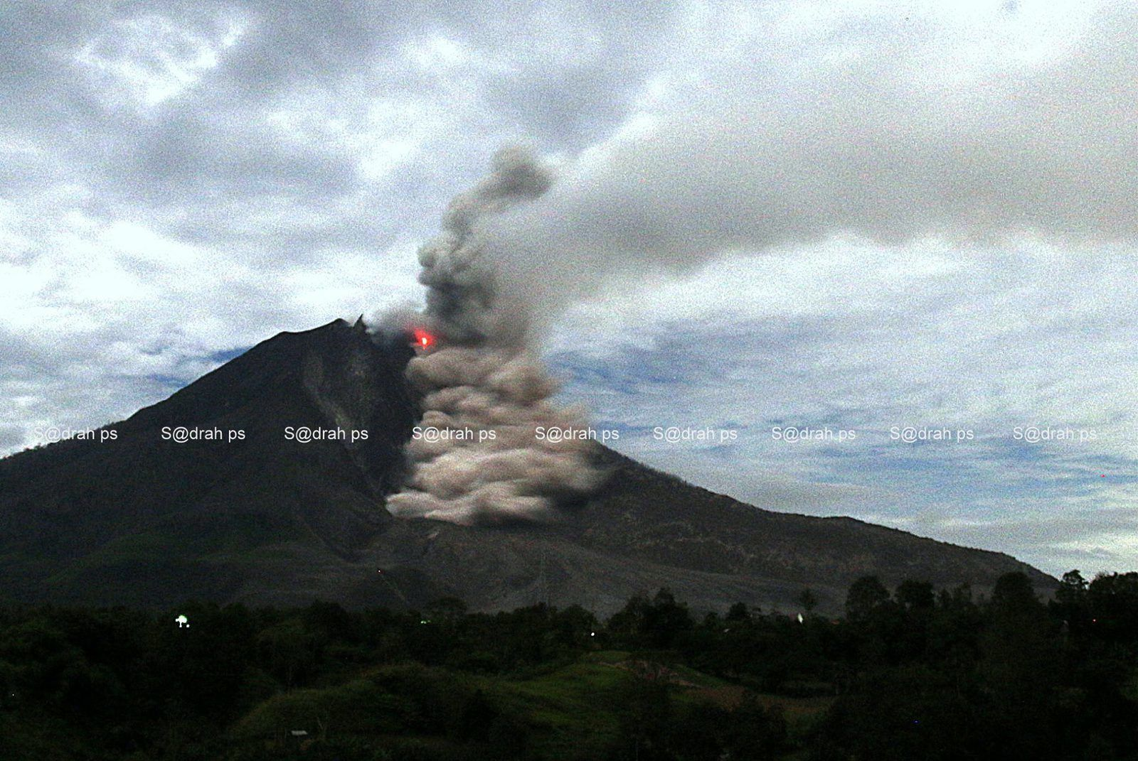 .Sinabung -  pyroclastic flow on 08.25.2015 / 10:13 p.m. - photo S@drah ps