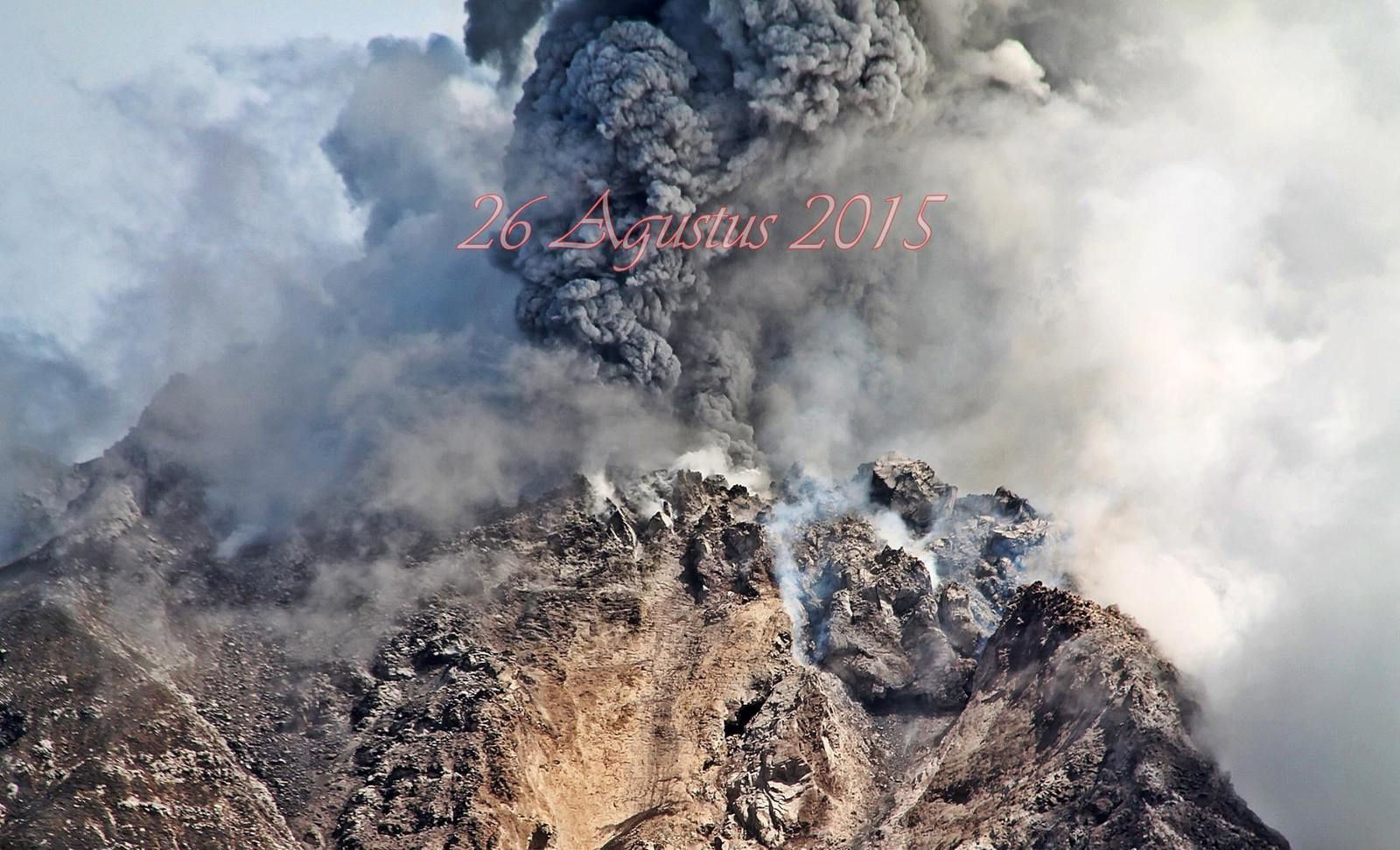 Explosion at the top of the Sinabung 08/26/2015 - photo Firdaus Firdaus Surbakti / Komunitas Beidar Sinabung