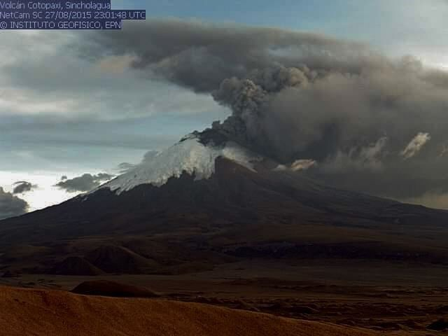 Emission de cendres et gaz au Cotopaxi le 27.08.2015 / 23h01 UTC - webcam IGEPN