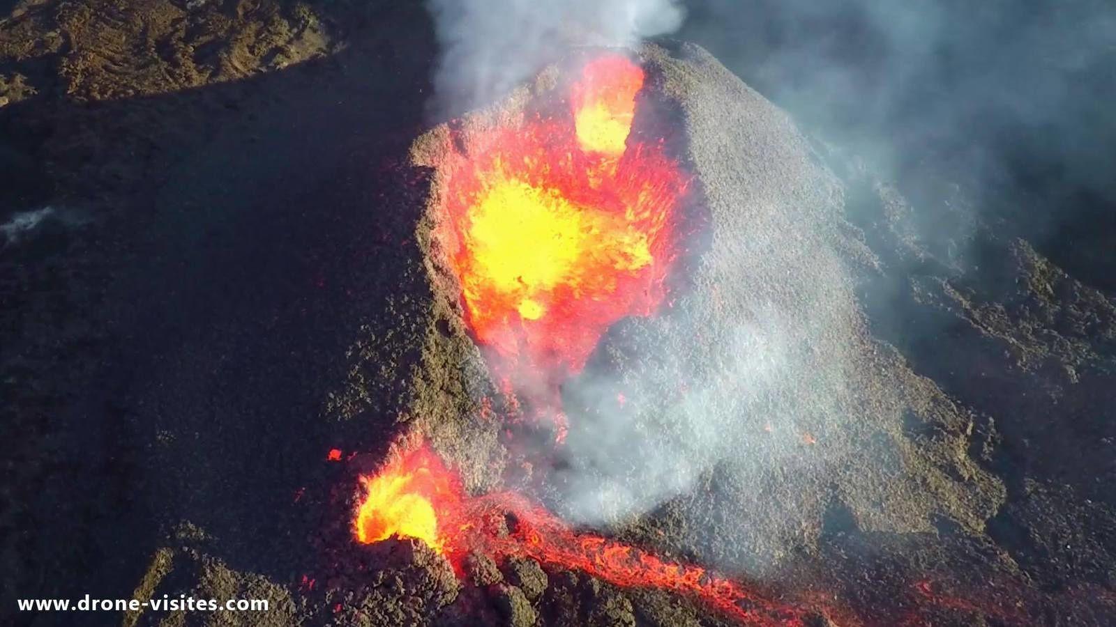 Piton de La Fournaise - les cônes de scories et leurs lacs de lave actifs - photo Drones Visites