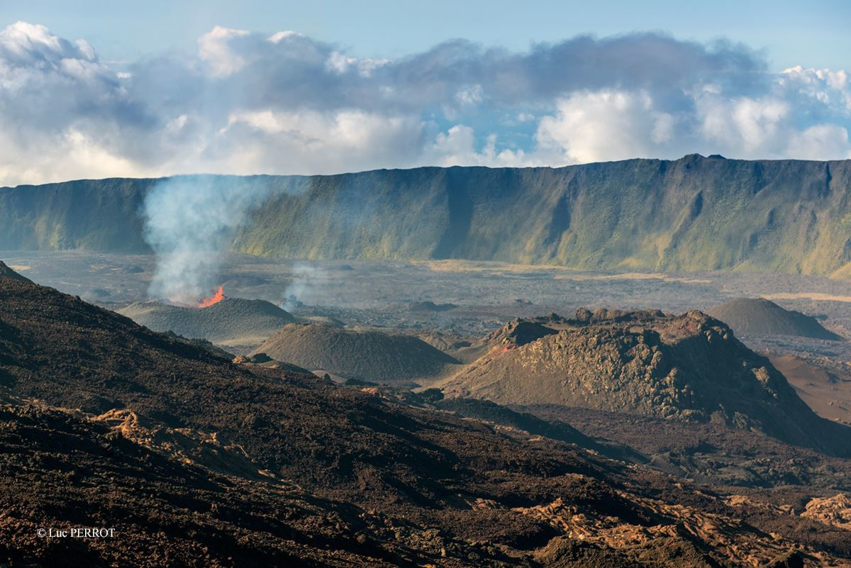 Piton de la Fournaise - the site of the eruption east of crater Rivals (right of photo) - photo Luc Perrot