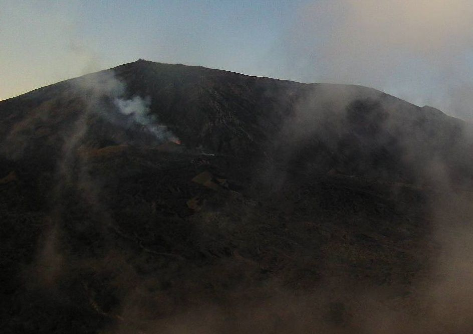 Piton de la Fournaise - the active cone view from the Piton Bert camera - 09.04.2015 / 24:29 TU -doc. OVPF / IPGP