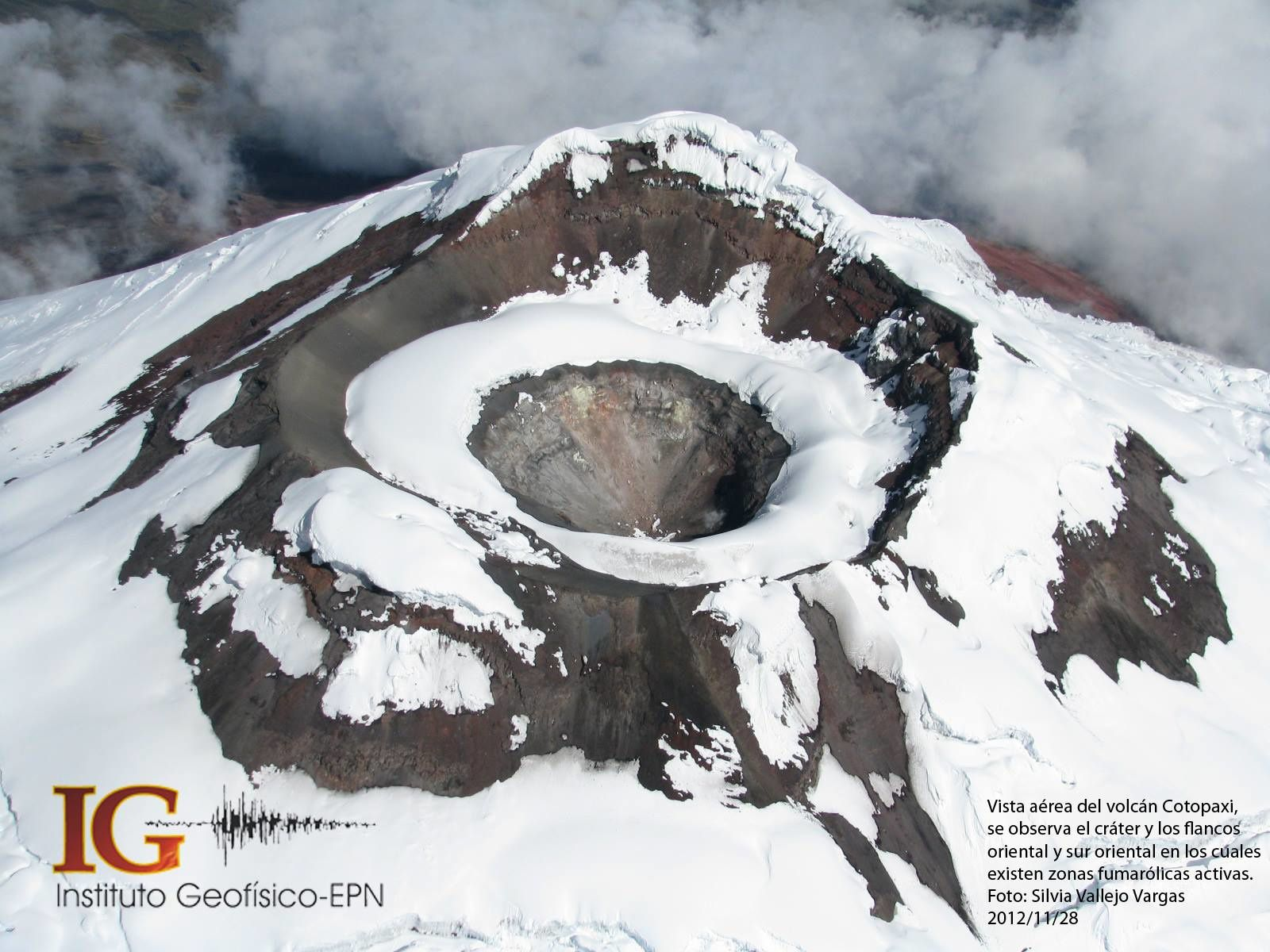 Cotopaxi - top, partial melting of the circular intra-crateric glacier / P.Ramon / IGEPN - down, compared with a view of the crater and its glacier 28.01.2012 / SVVargas / IGEPN
