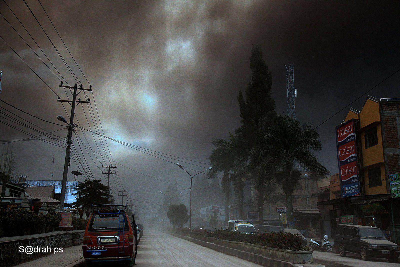 Chutes de cendres de l'éruption du Sinabung ce 15.09.2015 / 8h30 loc. - photo prise de Tugu, Kabanjahe - S@drah ps