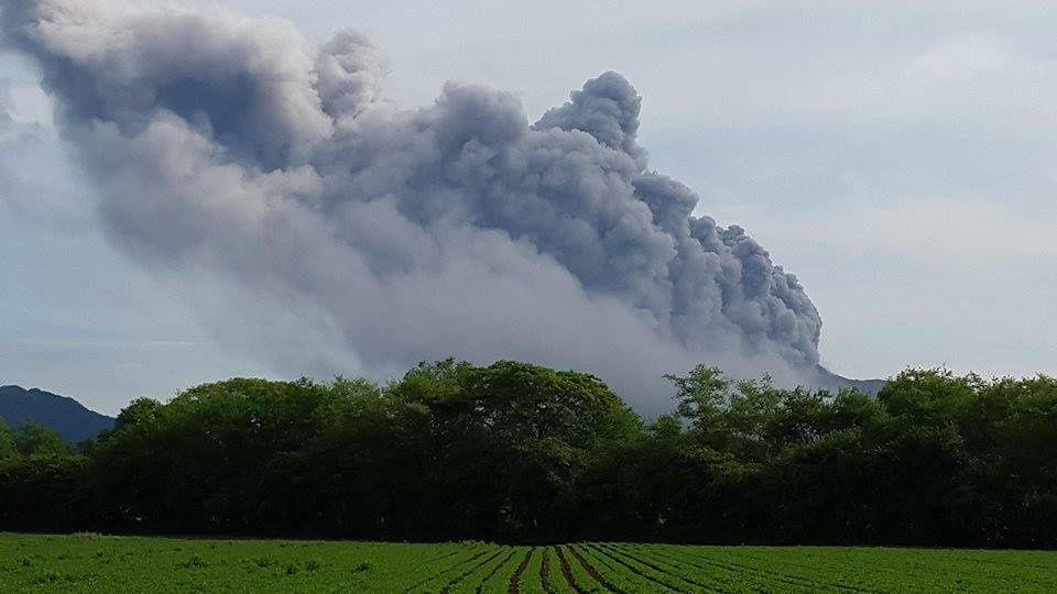 Explosion and ashes / gas plume from Telica - 09.23.2015 - photo Omar Alvarado / La Prensa